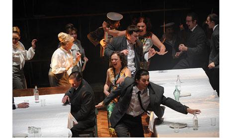 """Magie la Sibiu: teatru-cinema si fals musical in """"Nunta"""""""