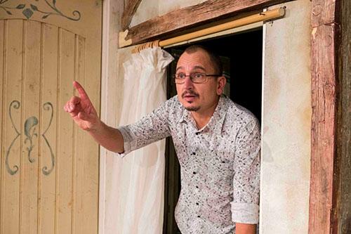 """""""Dezbracă-te, vreau să-ți vorbesc!"""" deschide stagiunea de vară a Teatrului Elisabeta"""